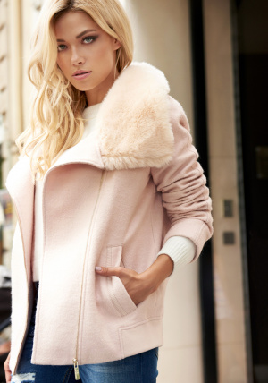 КурткаКуртки<br>Состав: 80% полиэстер, 20% шерсть, Отделка: иск. мех<br>